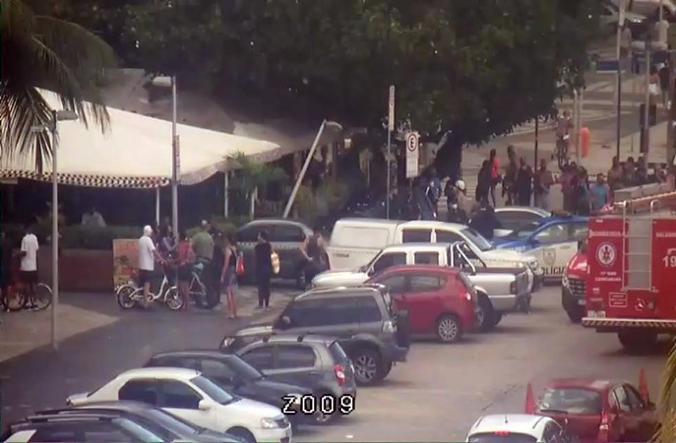 Motorista ia estacionar, mas perdeu o controle e subiu a calçada — Foto: Reprodução/COR