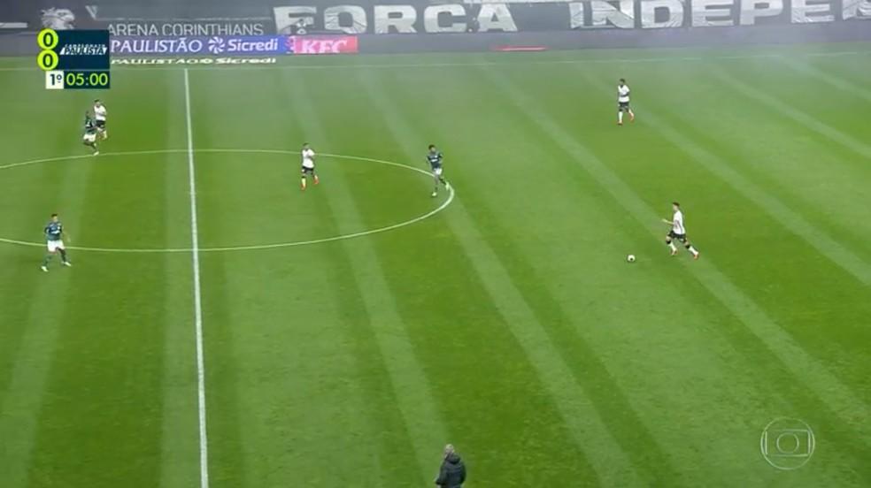 No primeiro tempo, geralmente apenas Luiz Adriano cercava a saída de bola rival — Foto: Reprodução