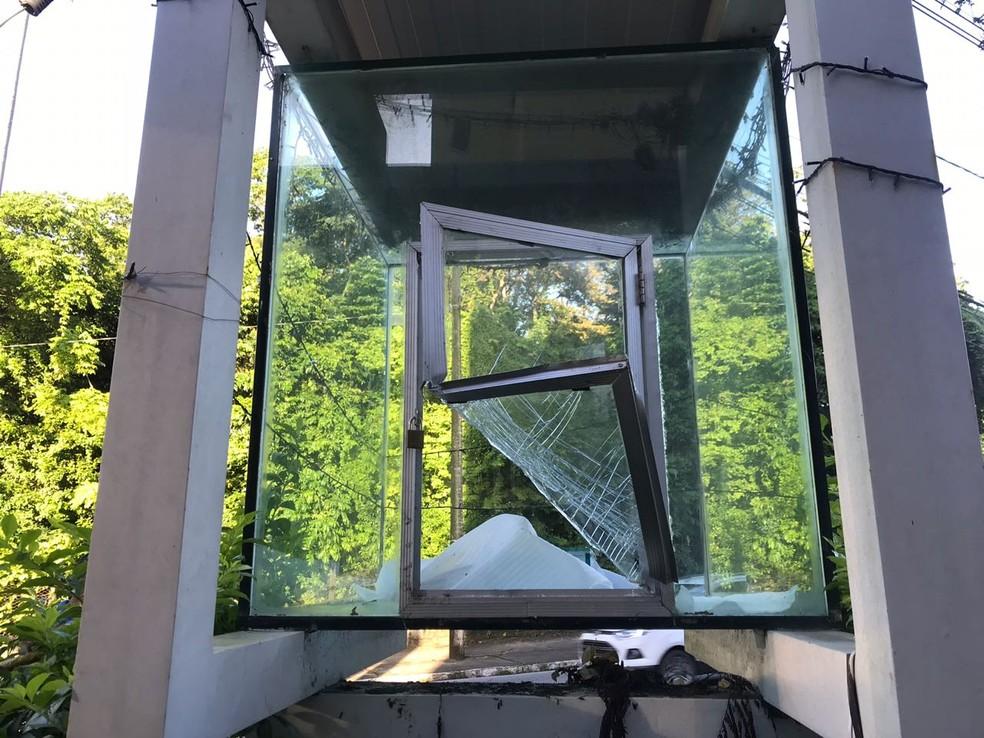 Vidro do local onde fica a imagem foi quebrado (Foto: Walter Paparazzo/G1)