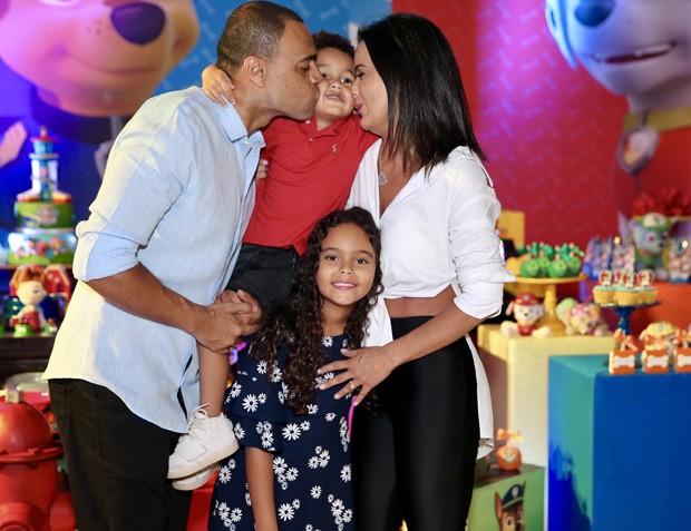 Luciele Di Camargo e Denilson com os filhos (Foto: Manuela Scarpa/Brazil News?)