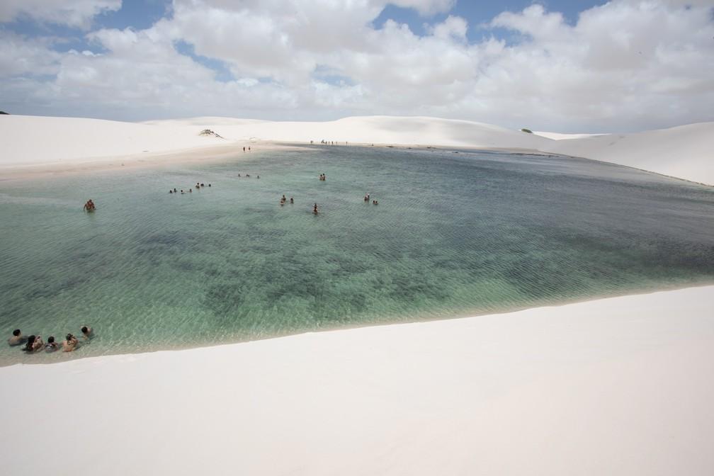 Lagoa Azul vista de cima: opção de mergulho nos Lençóis Maranhenses  — Foto: Celso Tavares/G1