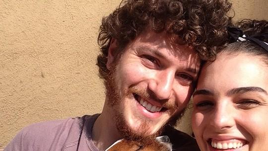 Caio Paduan e Julia Konrad adotam, juntos, cachorro abandonado em mala de viagem