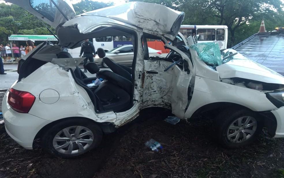 Trabalho de remoção das vítimas e do veículo levou cerca de três horas — Foto: Cptran/Divulgação