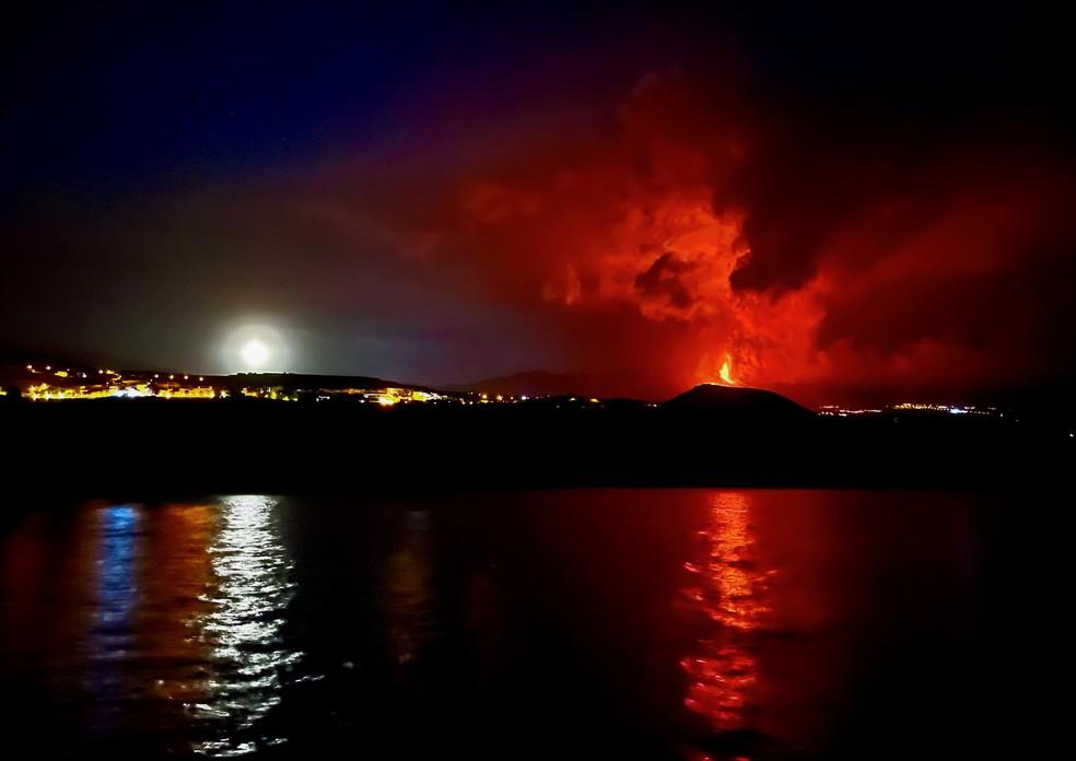 Erupção se intensifica e fecha aeroporto em La Palma, nas Ilhas Canárias. — Foto: REUTERS/Marco Trujillo