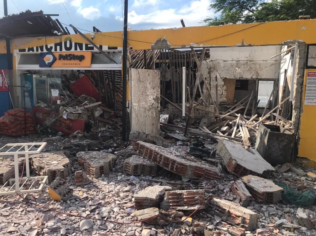 Conveniência de posto de combustíveis na BR-304, em Macaíba, RN - estabelecimento ficou completamente destruído após série de explosões feitas por criminosos para abrir cofre. — Foto: Kleber Teixeira/Inter TV Cabugi