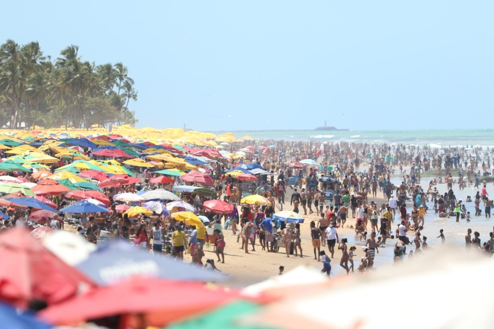 Em Boa Viagem, Zona Sul do Recife, ficou lotada de banhistas nesta segunda (7) — Foto: Marlon Costa/Pernambuco Press
