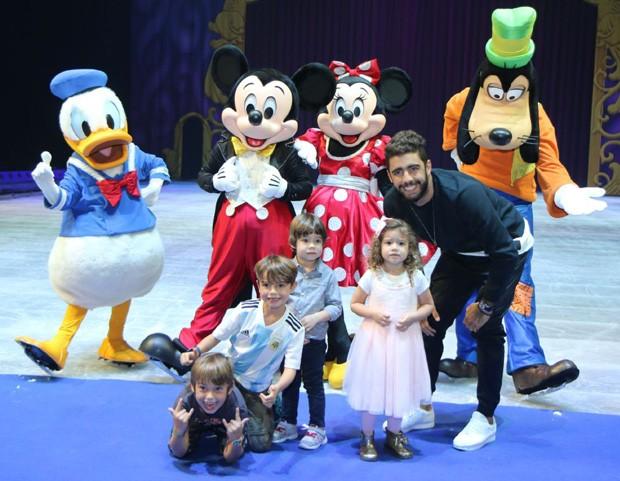 Pedro Scooby com os filhos Dom, Bem e Liz (esq) (Foto: Daniel Pinheiro/AgNews)
