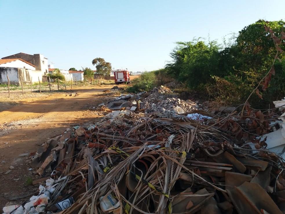 Área de proteção ambiental de Iguatu tem entulho e lixo acumulado. — Foto: Wandenberg Belém