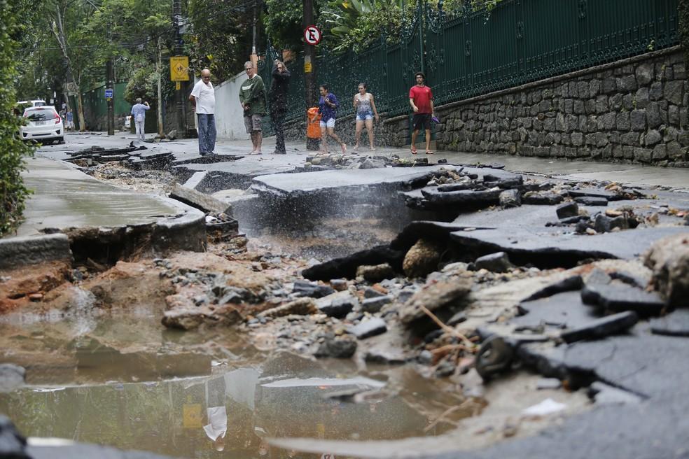 Rua Lopes Quintas, na Zona Sul do Rio de Janeiro, destruída pela chuva nesta terça-feira (9) — Foto: Marcos Serra Lima/G1
