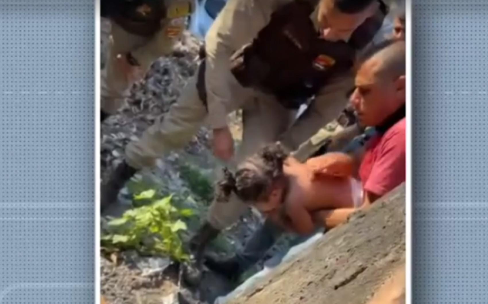 Criança de 1 ano é salva por policial após se engasgar com moeda de cinco centavos na Bahia