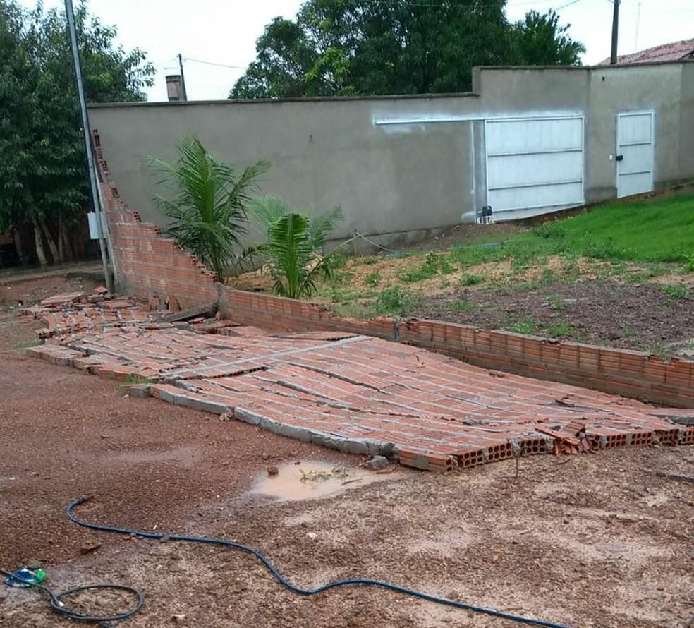 Muros ficaram no chão após a chuva (Foto: Maria de Lourdes de Castro Carneiro Rocha/Divulgação)
