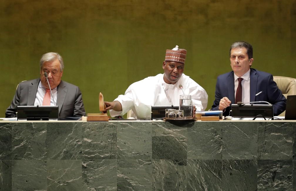 O presidente da Assembleia Geral, Tijjani Muhammad-Bande, da Nigéria, sinaliza a abertura dos debates da ONU nesta terça-feira (24), em Nova York. — Foto: Lucas Jackson/Reuters
