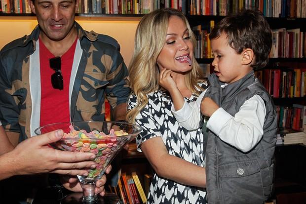 Eliana leva filho em lançamento de livro em SP (Foto: Manuela Scarpa e Marcos Ribas/Photo Rio News)