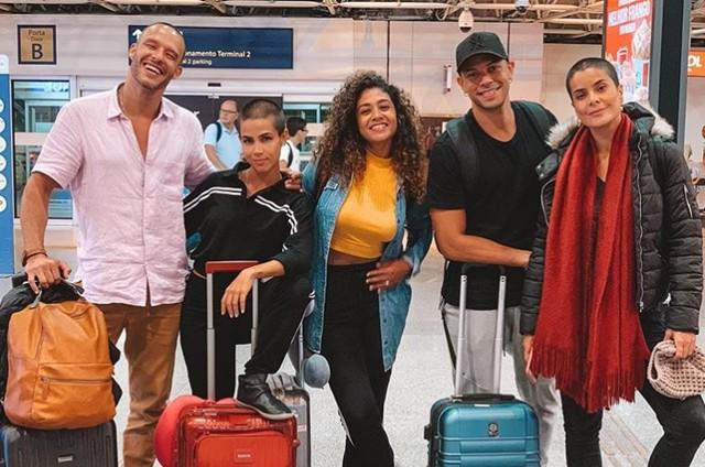 Nando Rodrigues, Pérola Faria, Karen Júlia, Paulo Lessa e Bianka Fernandes, de 'Gênesis', embarcando para o Marrocos (Foto: Reprodução/Instagram)