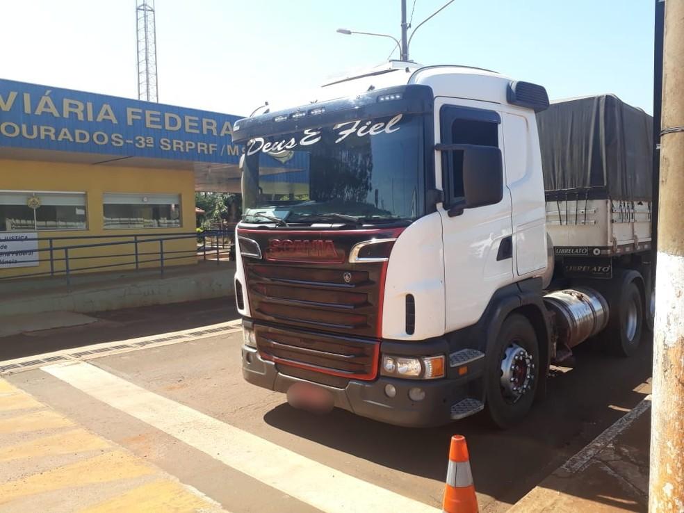 Três assaltantes foram presos e veículos foram recuperados em Mato Grosso do Sul (Foto: Polícia Rodoviária Federal de Mato Grosso/Divulgação)
