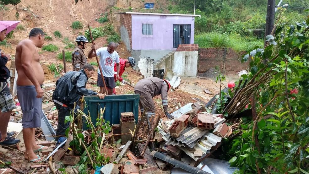 Deslizamento de barreira no Passarinho, no Recife, deixou um casal morto, nesta quarta-feira (24) — Foto: Wanessa Andrade/GloboNews