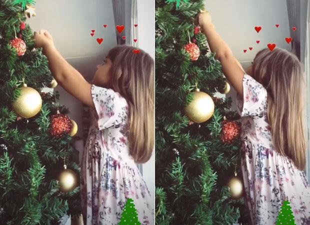 Sofia monta árvore de Natal (Foto: Reprodução)
