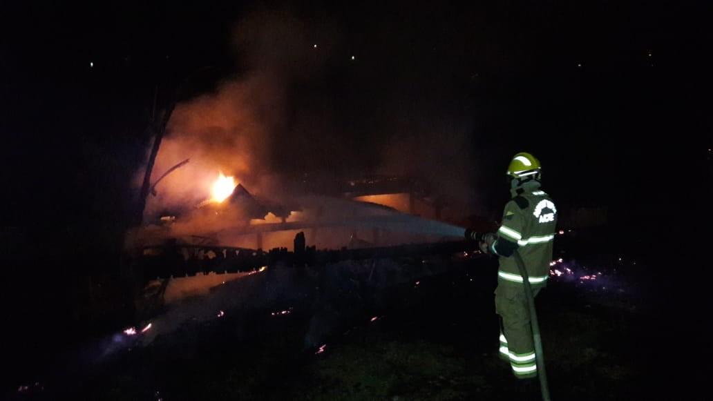 Casa fica destruída após incêndio no Bujari, interior do Acre - Notícias - Plantão Diário