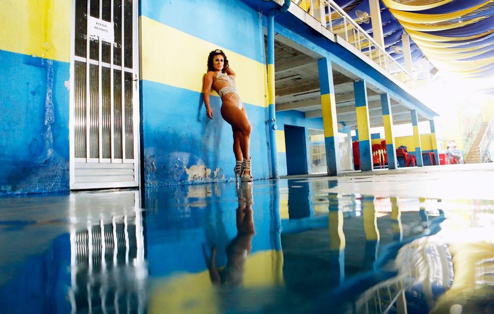 Luisa posou na quadra da Paraíso do Tuiuti (Foto: Marcos Serra Lima/G1)