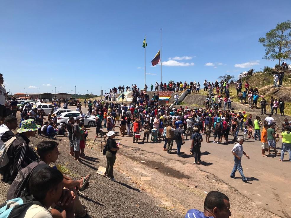 Manifestantes fazem protesto em Pacaraima, fronteira do Brasil com a Venezuela — Foto: Alan Chaves/G1 RR