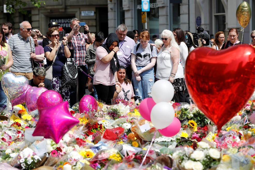Moradores de Manchester fazem homenagem a vítimas do ataque em Manchester, no Reino Unido, nesta quinta-feira (25)  (Foto: Darren Staples/ Reuters)