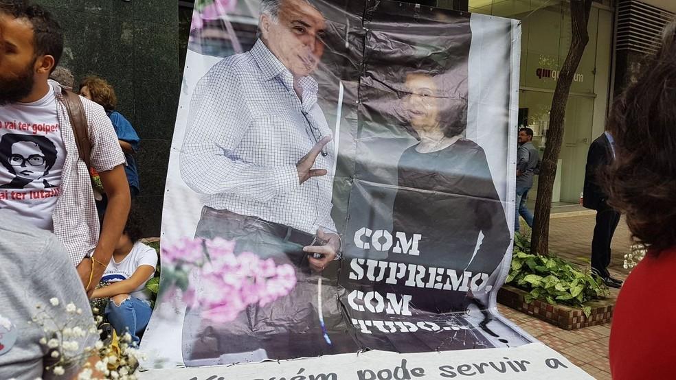 Militantes do PT protestaram contra o mandado de prisão do ex-presidente Luís Inácio Lula da Silva na porta do TRE-MG, em Belo Horizonte (Foto: Flávia Cristini/G1)