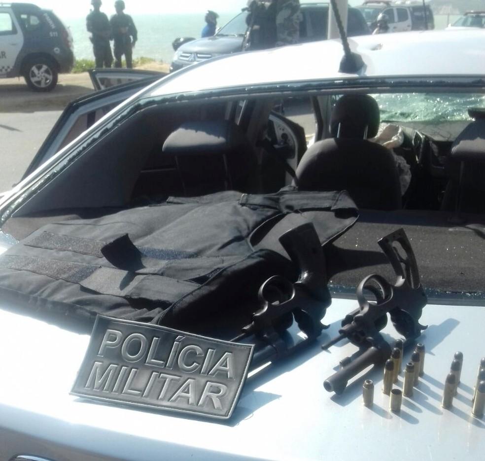 Com os criminosos, policiais apreenderam dois revólveres com várias munições, além de cocaína e um colete à prova de balas (Foto: Marksuel Figueredo/Inter TV Cabugi)