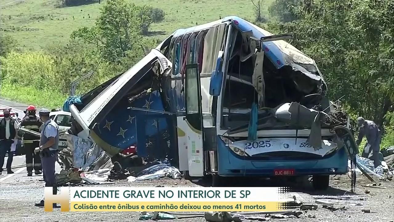 Colisão entre ônibus e caminhão deixa ao menos 41 mortos no interior de SP