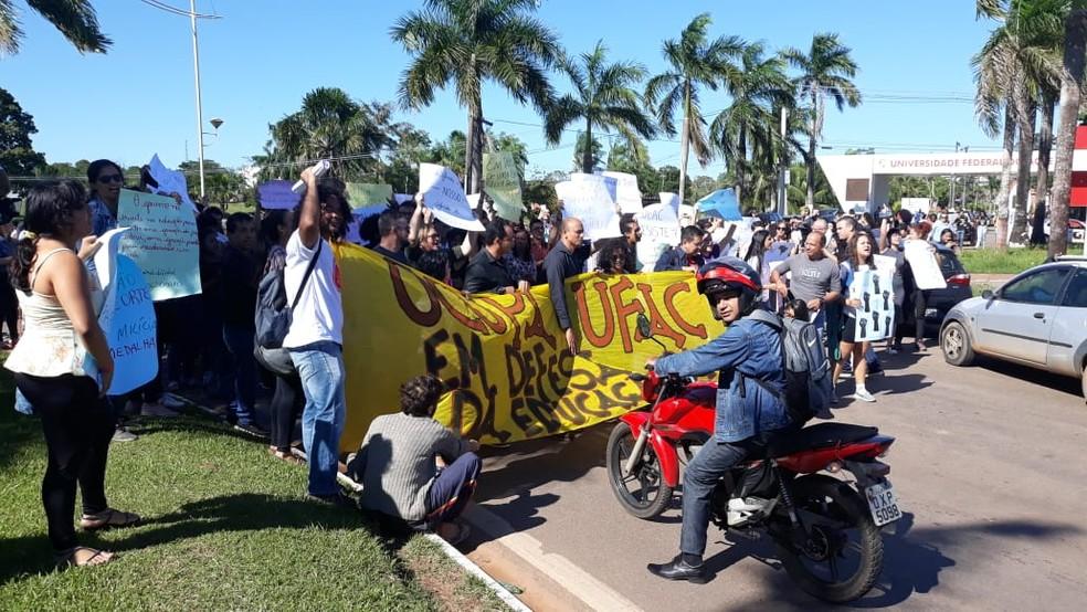 Estudantes e servidores da Ufac fecharam universidade em protesto contra bloqueio de verbas — Foto: Iryá Rodrigues/G1