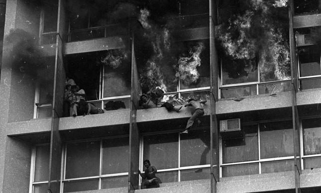 Pessoas tentam escapar do Edifício Joelma em chamas: 187 morreram