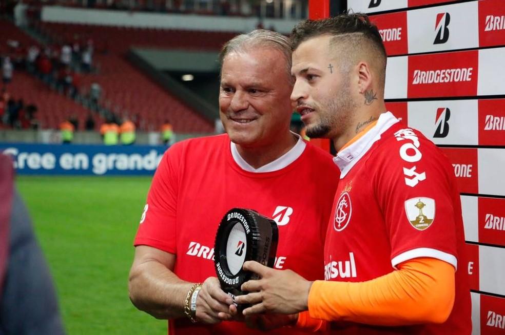 Elusmar Maggi entrega prêmio a Nico López em jogo da Libertadores — Foto: Eduardo Deconto / GloboEsporte.com