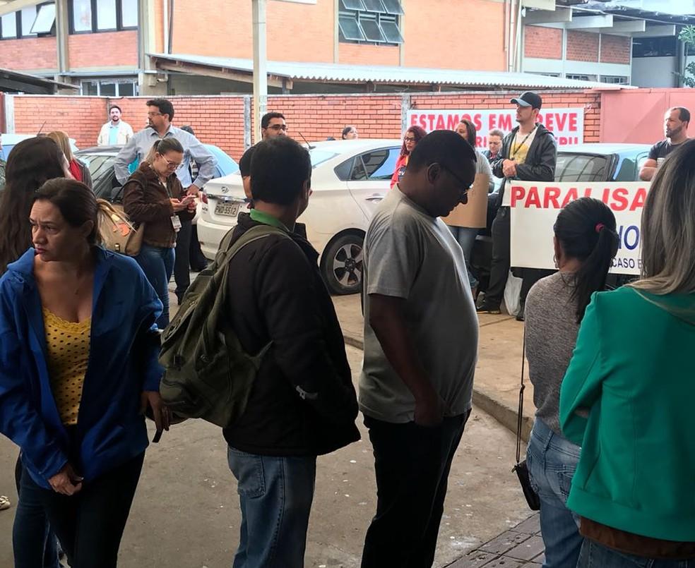-  Servidores levaram faixas e reinvidicaram normalização de pagamentos no HC-UFU em Uberlândia  Foto: G1