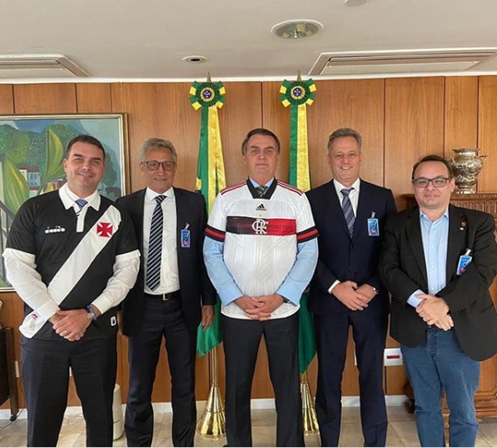 Flávio Bolsonaro, Alexandre Campello, Jair Bolsonaro, Rodolfo Landim e o diretor de marketing do Flamengo, Alexsander Santos — Foto: Reprodução