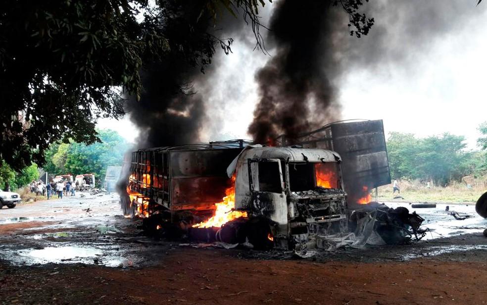 Carreta pegou fogo após bater em outra, na BR-242, em Barreiras (Foto: Ivonaldo Paiva/Blogbraga)