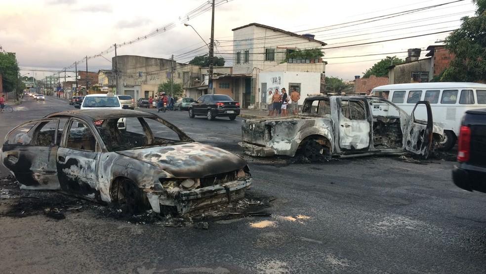 Carros foram queimados na Zona Oeste do Recife para dificultar a chegada da polícia após assalto a transportadora de valores (Foto: Antônio Coelho/ TV Globo)