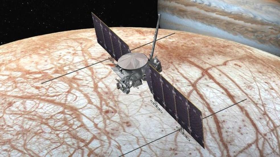 Ilustração mostra como será a missão da Europa Clipper, que tentará determinar se a lua de Jupiter pode ter condições de abrigar vida — Foto: Divulgação/Nasa
