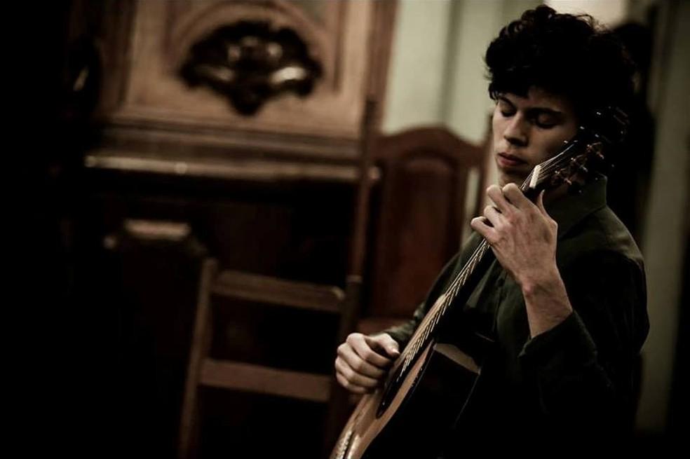 violonista cuiabano André Marcílio será o solista da noite — Foto: Divulgação