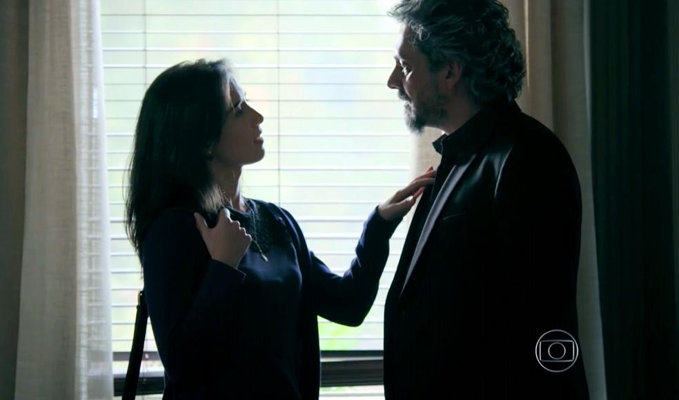 Cora (Marjorie Estiano) procura José Alfredo (Alexandre Nero) na Império para saber detalhes sobre a noite que passaram juntos — Foto: Globo