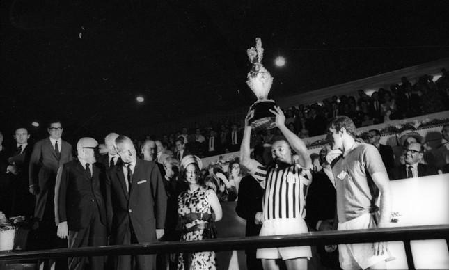 No Maracanã, Elizabeth II e Philip observam Pelé levantar o troféu: paulistas levaram a melhor