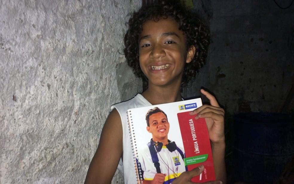 José Miguel Canuto, de 12 anos, recebeu um livro de português da prefeitura para estudar na pandemia — Foto: Reprodução/WhatsApp