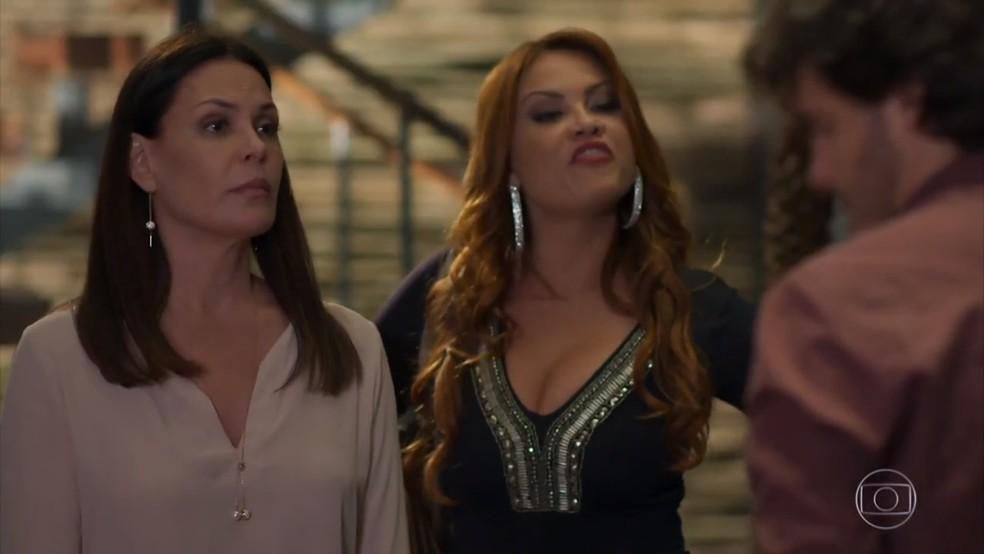Penélope (Carolina Ferraz) e Leonora (Ellen Rocche) exigem satisfações de Henrique (Nando Rodrigues) - 'Haja Coração' — Foto: Globo