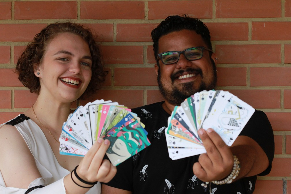 Catarina e Rubens Santos mostram as cartas ilustradas com temas alagoanos (Foto: Waldson Costa/G1)