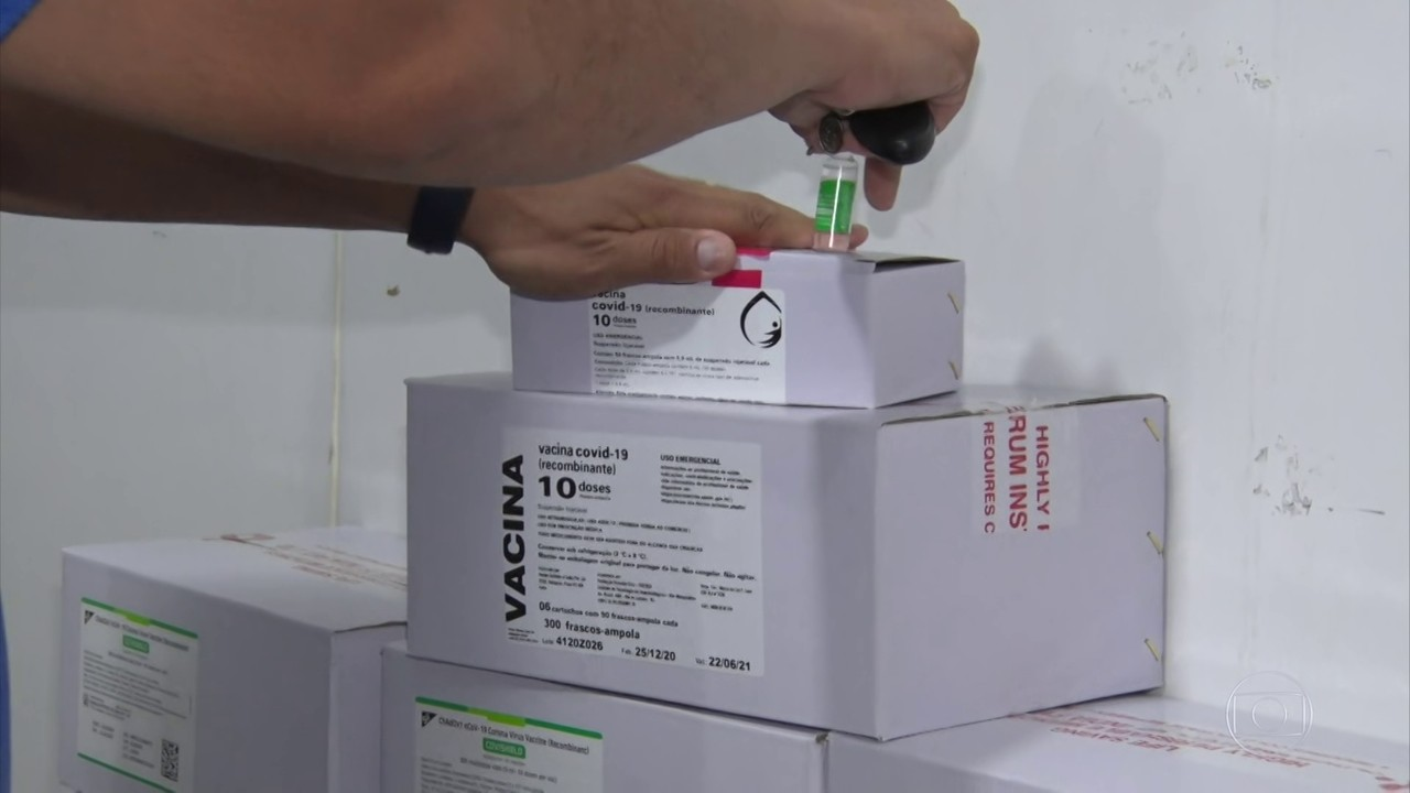 Novas doses de vacina chegam a Mato Grosso; distribuição para cidades só começa na segunda