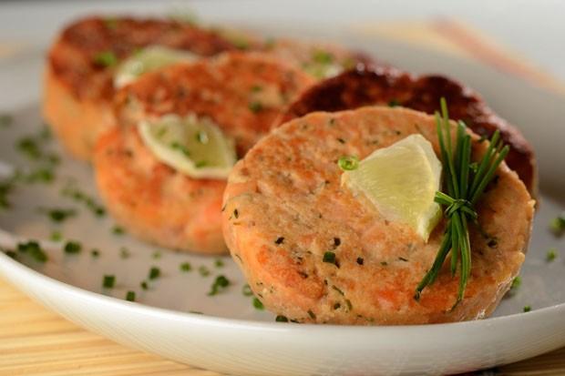 Hambúrguer de salmão: receita fácil leva só 5 ingredientes (Foto: Wellington Nemeth/Divulgação)