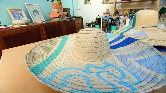 Aprenda a customizar seu chapéu de palha, item que é tendência do verão