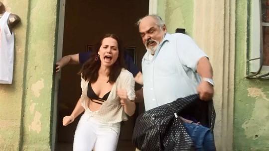 Agenor expulsa Rosa de casa e a humilha no meio da rua