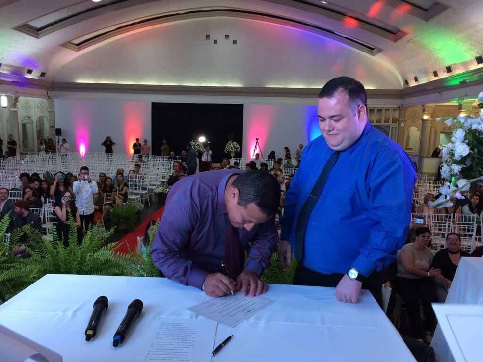 Recém-casados assinam certidão (Foto: Vivian Reis/G1)