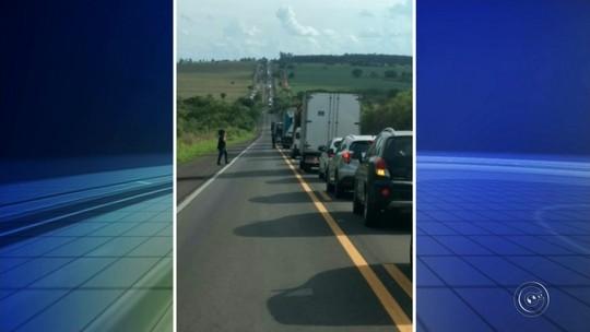 Retirada de caminhão que tombou causa congestionamento em Iacanga