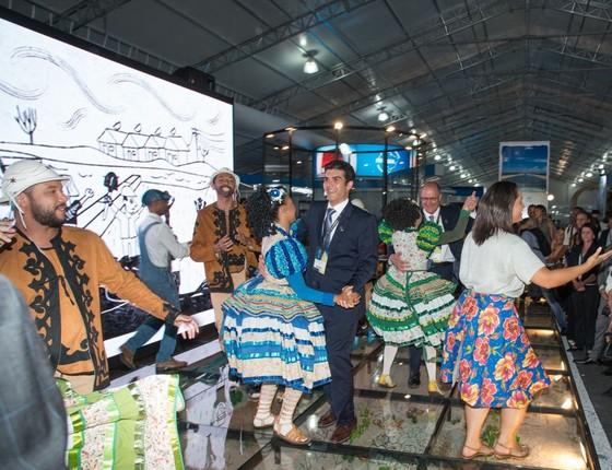 O governador Geraldo Alckmin e o ministro Helder Barbalho dançaram forró no Fórum Mundial da Água (Foto: Reprodução)
