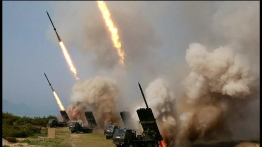 Coreia do Norte testa mísseis e EUA apreendem navio coreano